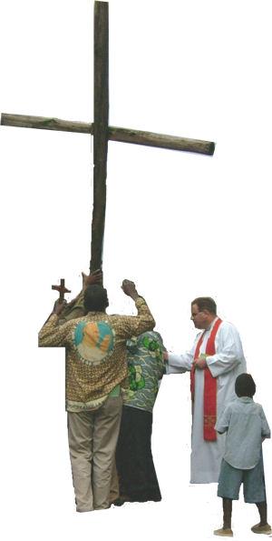 Ks. P. Kalinowski SAC podczas Liturgii Wielkiego Piątku w Rutshuru, 2006 r.